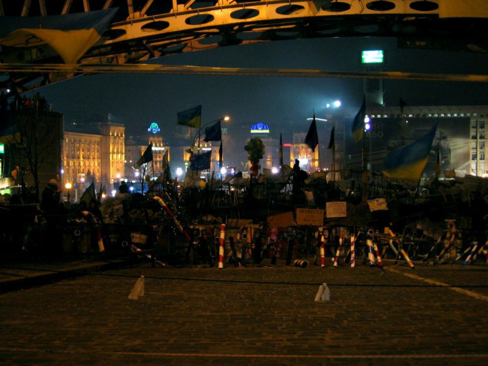Nocą prowizoryczne palisady nabierają bardziej bojowego wyrazu. Fot. Katarzyna Wawer