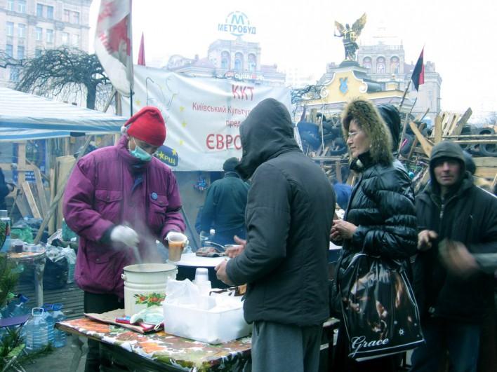 Tymczasowe garkuchnie karmią demonstrantów, których spora część to bezdomni lub ubodzy, chcący się załapać na darmowe jedzenie. Fot. Katarzyna Wawer