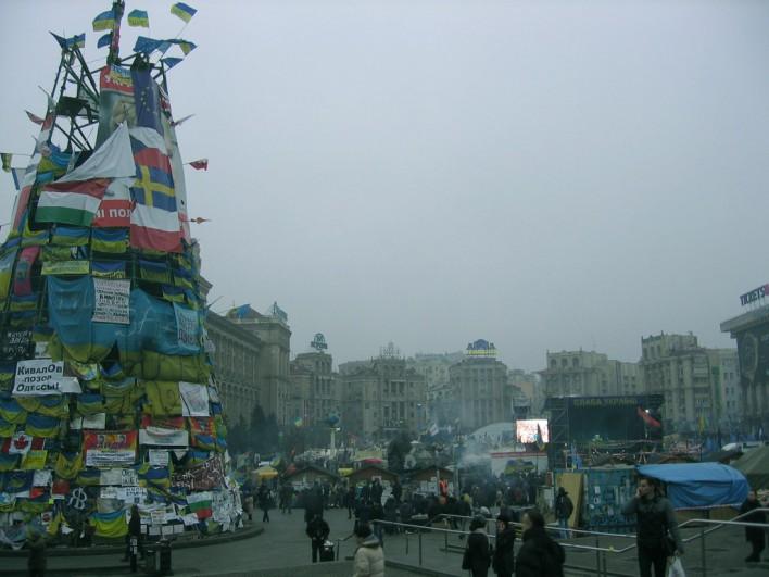 Jednym z najbardziej charakterystycznych i zwracających uwagę elementów jest stelaż choinki świątecznej, który demonstranci ozdobili flagami narodowymi oraz symbolami Unii Europejskiej. Fot. Katarzyna Wawer