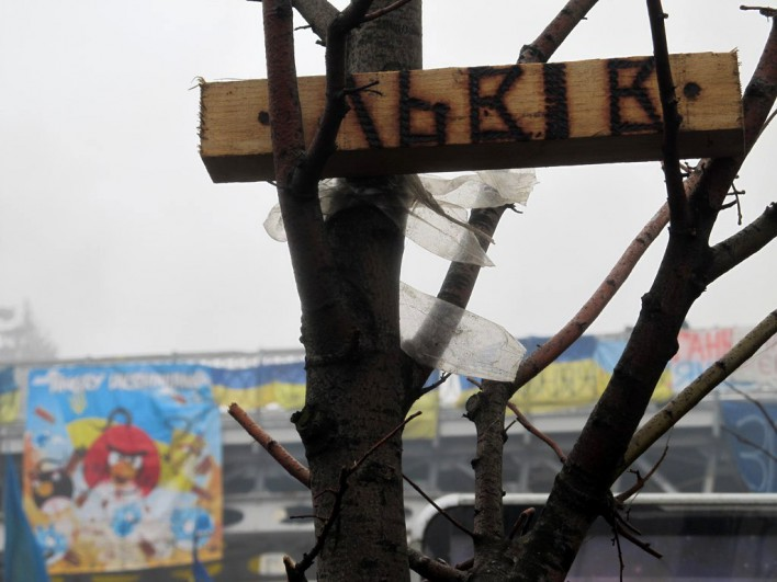 """Lwów to miasto, w którym znajduje się drugi po Kijowie, największy obóz protestujący przeciwko decyzjom podjętym przez prezydenta Janukowycza. W tle słynna flaga z napisem """"Angry Ukrainians"""". Fot. Bartek Szaro"""