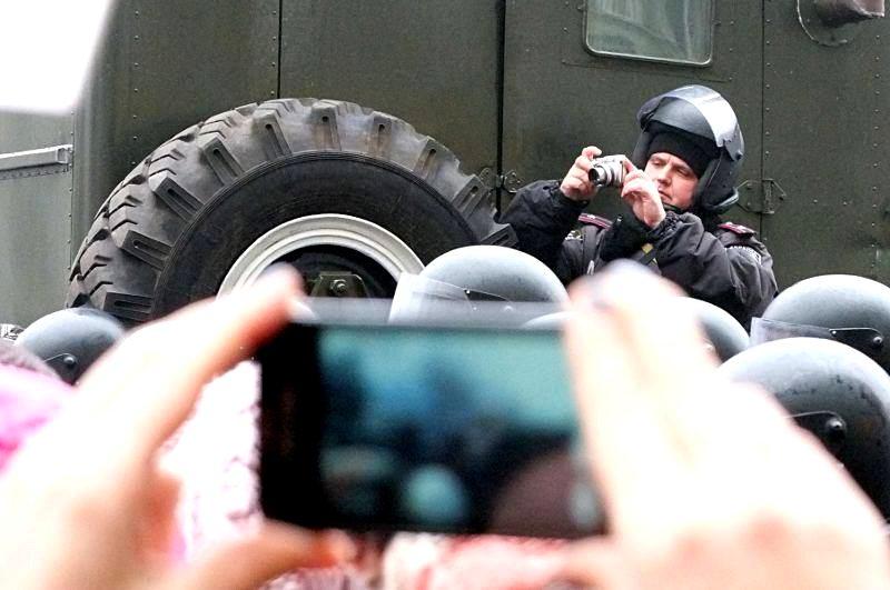 Milicja cały czas nagrywa i fotografuje demonstrantów biorących udział w akcjach. Fot. Grzegorz Król