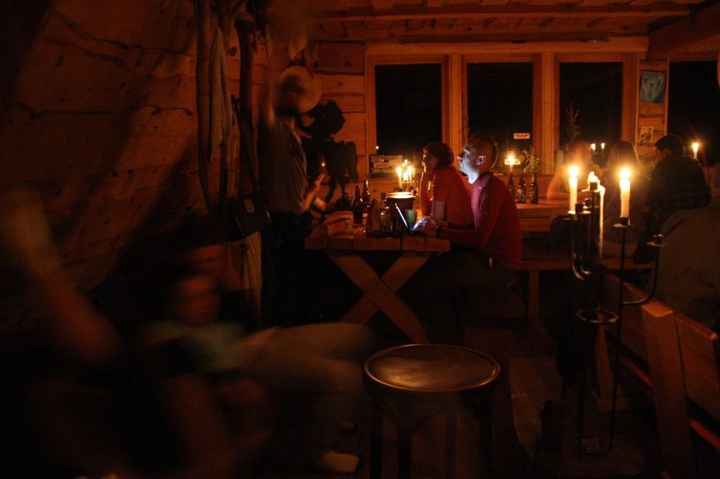 Po zmroku przyłączyć było się można do romantycznej frakcji zasiadającej w rozświetlanej świecami świetlicy...