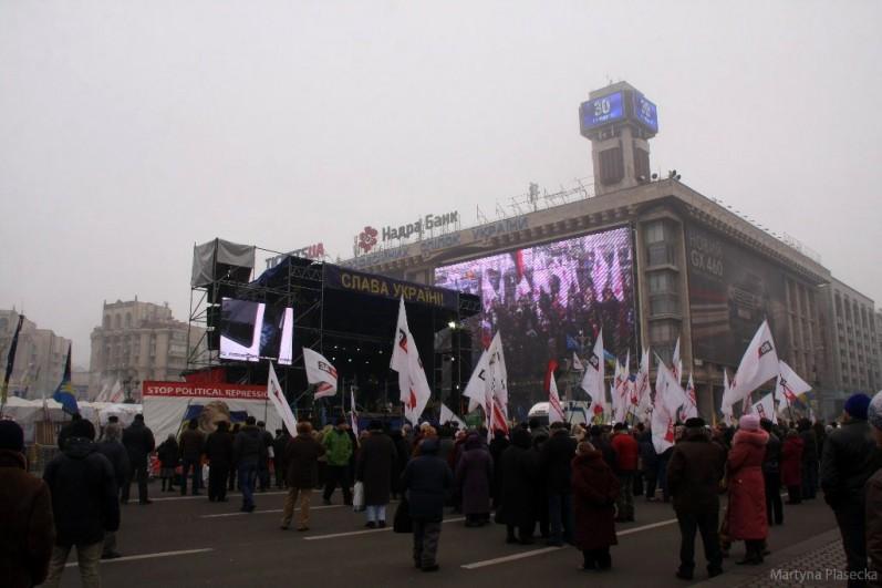 Głównym punktem Majdanu jest scena, z której przemawiają dysydenci, aktywiści, politycy i osoby publiczne wspierające dążenia Ukrainy do integracji z Unią Europejską. W ciągu dnia stoi tu grupa co najmniej kilkudziesięciu osób machających flagami organizacji i partii opozycyjnych. Fot. Martyna Piasecka