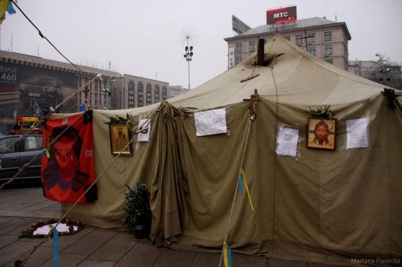 W jednym z namiotów rozbitych na Placu Niepodległości zorganizowano kaplicę. Fot. Martyna Piasecka