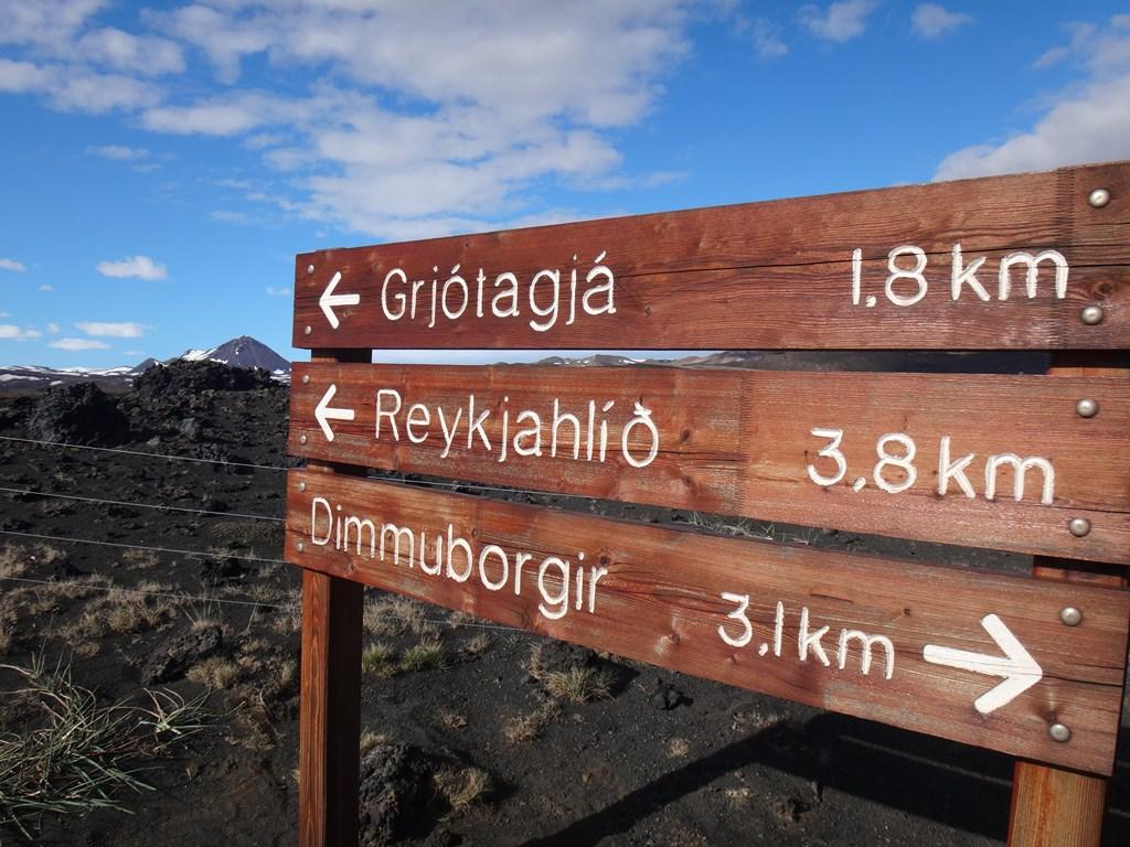 11:35. Nad jeziorem Myvatn znajduje się mnóstwo ciekawych szlaków, prowadzących przez pola magmy. Decydujemy się pójść na okazale wyglądający krater Hverfjall. W ogóle nie robiliśmy rozeznania wcześniej. Przyjechaliśmy, tam nam się spodobało więc poszliśmy.