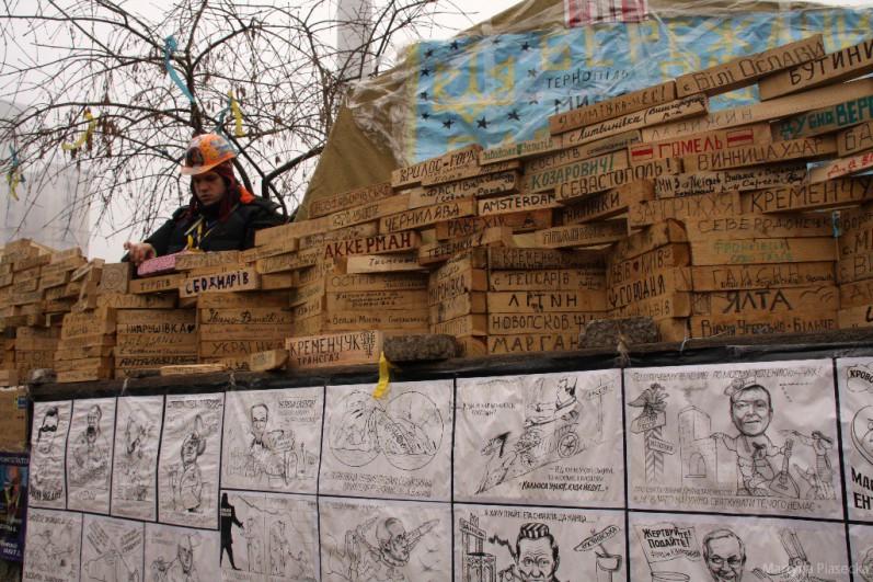Na placu można zobaczyć świadectwo wsparcia protestujących przez reprezentantów olbrzymiej ilości miast z całej Ukrainy. Na drewnianych kołkach napisane są nazwy miejscowości, z których pochodzą popierający protestujących. Fot. Martyna Piasecka