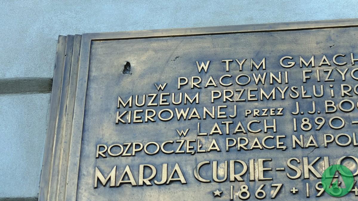 krakowskie przedmiescie 66 dziura po kuli