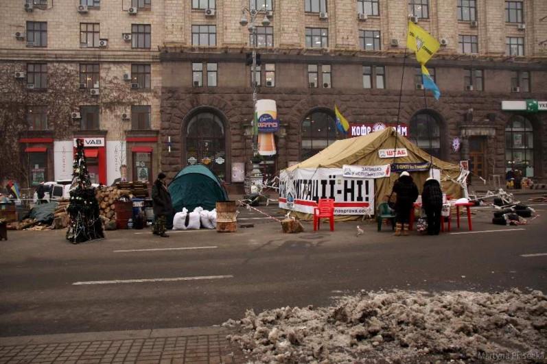 Namioty protestujących znajdują się także poza placem. Rozłożone są na najpopularniejszej arterii w całym mieście – Kreszczatiku. To pierwszy kontakt z Majdanem zaraz po wyjściu z metra. Fot. Martyna Piasecka.