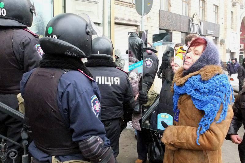 Na drodze prowadzącej z Majdanu do siedziby prezydenta ustawione są blokady milicyjne. Uczestnicy Euromajdanu doraźnie prowokują służby odbijając ich sylwetki w przyniesionych lustrach. Fot. Grzegorz Król