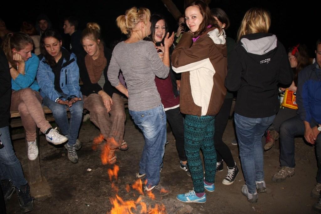 ... lub posiedzieć przy ogniu. Specjalnie zorganizowaliśmy ognisko w najkrótszą noc w roku by nie musieć nosić kubików ciężkiego drewna pod wiatę!