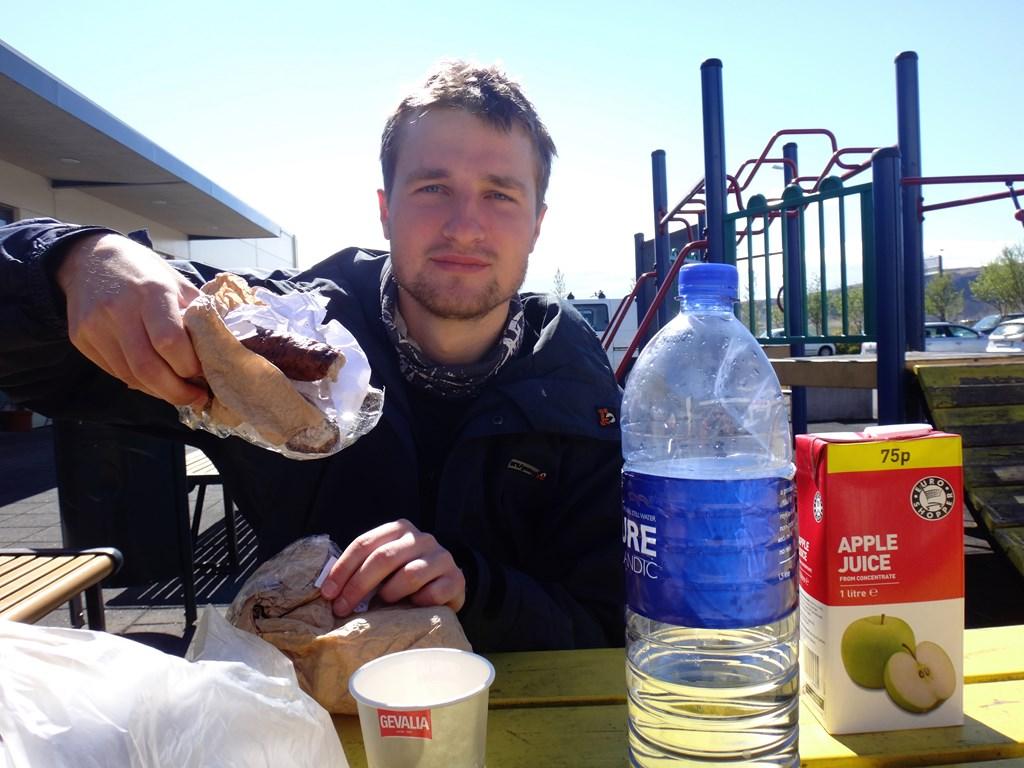 10:15. Nie od dziś wiadomo, że na śniadanie, zaraz po myciu zębów, najlepiej smakuje polska kiełbasa.