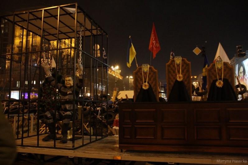Na Placu znajduje się też ława sądowa oraz siedzący w klatce, zakuty w kajdany Janukowycz. Każdy może wcielić się w rolę arbitra i słusznie osądzić prezydenta. Fot. Martyna Piasecka