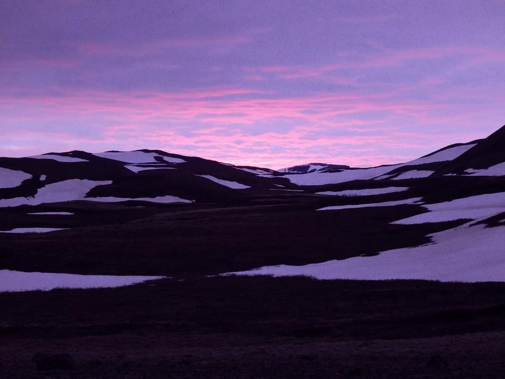 23:00. A że brakowało mi jeszcze wrażeń na sam koniec dnia postanowiłem wejść na kolejny okoliczny wulkan - Hlidarfjall.
