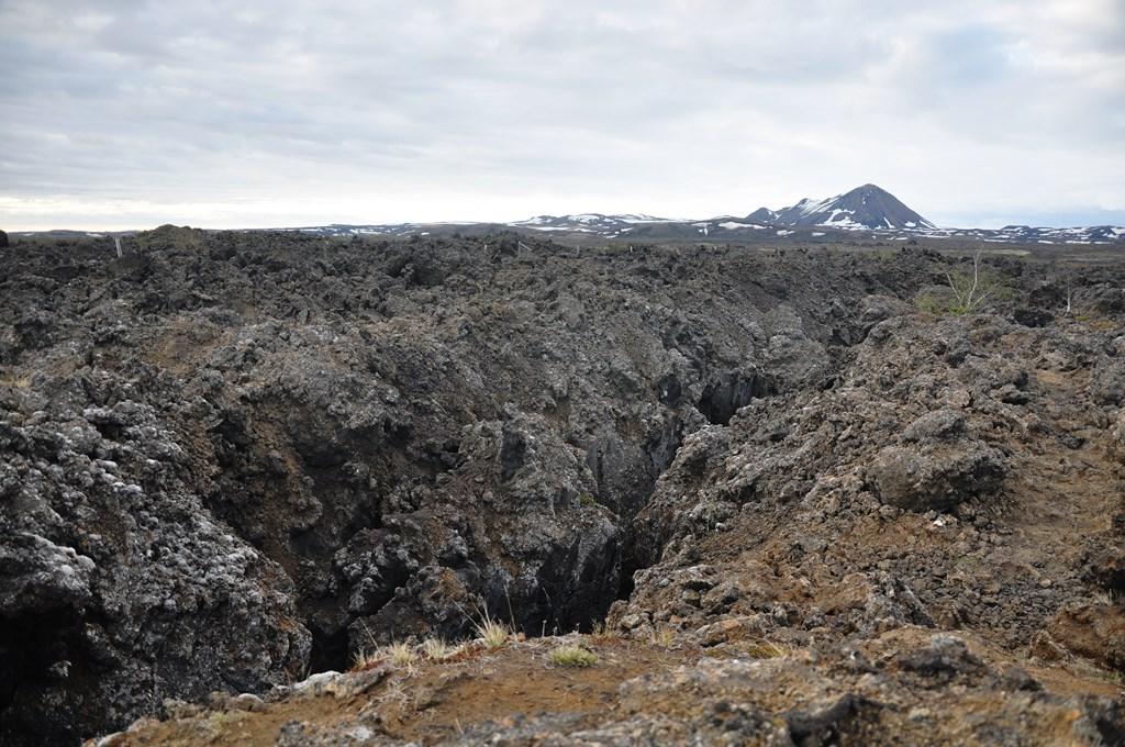 14:45. Dochodzimy do fascynującego rowu. Po wejściu na krater mamy ochotę zejść pod ziemię. Nikt nas nie trzyma.