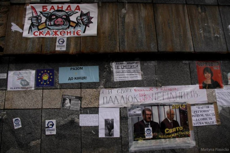 Cały teren placu oblepiony jest zewsząd wlepkami, plakatami, hasłami nawołującymi na różny sposób do wariantu proeuropejskiego. Fot. Martyna Piasecka