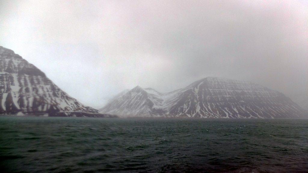 Kolory polarne zamieniały się momentami w mrok i mgłę.