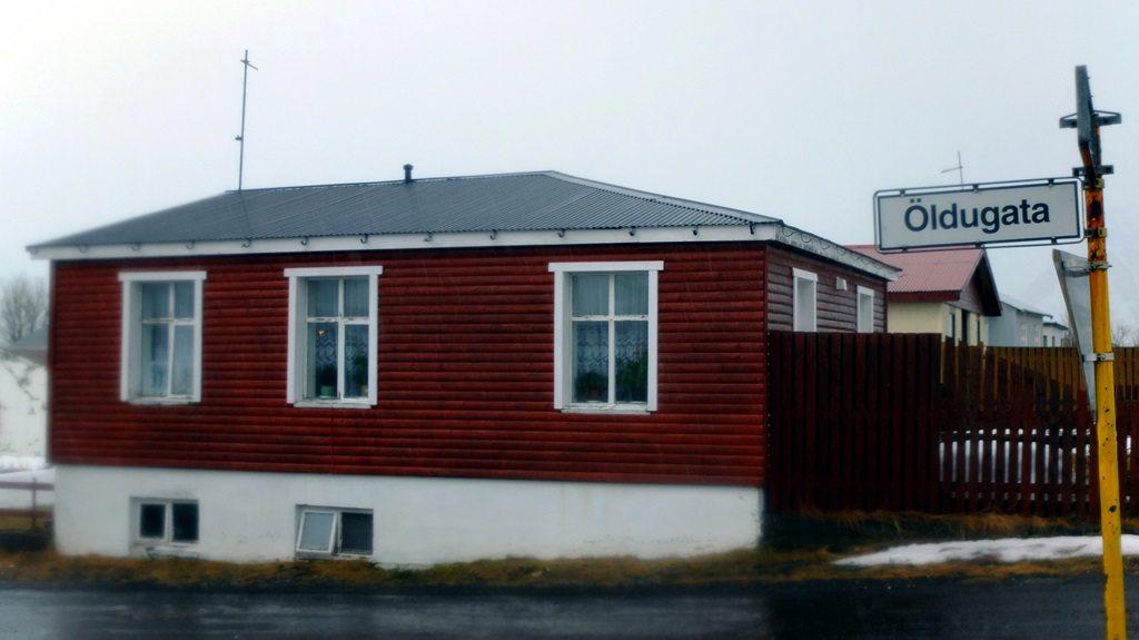 W domu przy Öldugata 11 od 1940 roku mieszkało 3 brytyjskich żołnierzy, którzy okupywali Flateyri. Okupacja zakończyła się w maju 1944, czyli przez mniej więcej 4 lata wojskowi Brytyjskiej Korony trzymali w ryzach islandzką, rybacką wioskę.