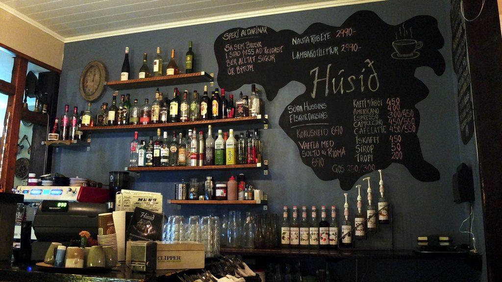 W miasteczku nie ma też większego problemu ze znalezieniem lokalu gastronomiczno-alkoholowego. Húsið otwarty jest nawet do 1:00 w tygodniu i oprócz tego, że można tu dobrze zjeść i wypić, zza ogromnych szyb doskonale ogląda się zamiecie śnieżne i wichury.