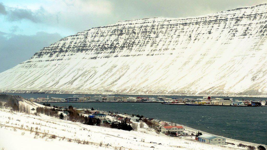 """Ísafjörður bardzo odważnie, jak wbity w oficerskie ciało sztylet, wchodzi w głąb fiordu. Miasto zostało zbudowane na sztucznej mierzei. Naturalnie jest ośrodkiem rybackim, ale ma w nim siedzibę również grupa teatralna """"Komedia"""". Popularyzator folkloru, Antoni Śledziewski, zorganizował kiedyś tutaj wystawę polskiej wycinanki."""