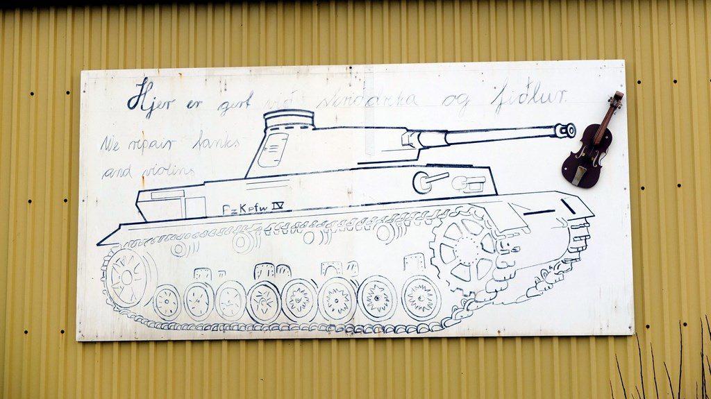 Na jednym z magazynów w porcie wisiał szkic czołgu niemieckiego Panzerkampfwagen IV, którego lufa wymierzona była w skrzypce.