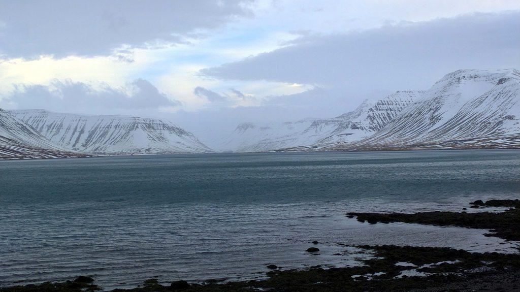 Dýrafjörður. Na jego brzegu założone zostało Þingeyri. Bardziej ciekawym okolicy polecam trailer filmu o życiu i naturze w jego rejonie.