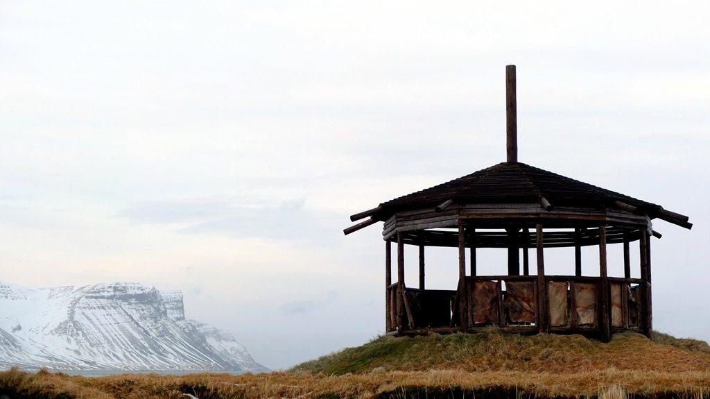 W Þingeyri z przyjemnością pospacerowałem po zrekonstruowanej na modłę wikingów placówce. Obicia ze świńskiej skóry niemalże jak za czasów Odyna.
