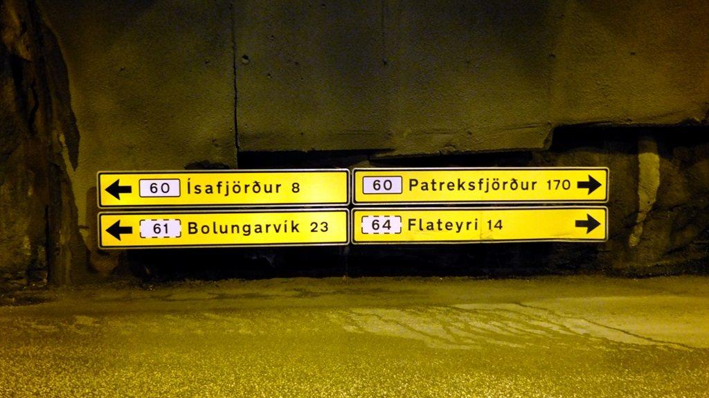 Drugiego dnia udało mi się złapać stopa do Þingeyri. Jak się później okazało, dalej już jechać nie mogłem. Żeby w ogóle myśleć o przemieszczaniu się na zachód trzeba było przejechać przez tunel Vestfjarðagöng, w którym jest skrzyżowanie. Wracając zostałem w tym miejscu wysadzony i miałem okazję postopować trochę pod ziemią.